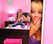 Смотреть порно с молодой, татуированной блондинкой в спальне - 1