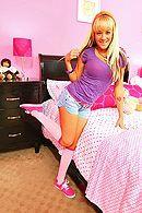 Смотреть порно с молодой, татуированной блондинкой в спальне #1