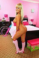 Смотреть порно с молодой, татуированной блондинкой в спальне #3