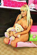 Смотреть порно с молодой, татуированной блондинкой в спальне #4