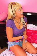 Смотреть порно с молодой, татуированной блондинкой в спальне #5