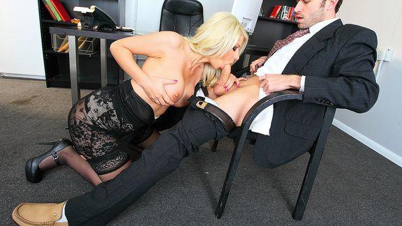 Смотреть красивый секс в офисе с грудастой блондинкой в чулках