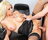 Смотреть красивый секс в офисе с грудастой блондинкой в чулках - 3