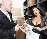 Порно с сексуальной сисястой черноволосой сучкой в чулках - 1