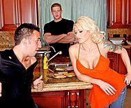 Секс в пизду с взрослой блондинкой с большими сиськами и тату - 1