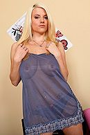 Порно сексуальной блонды с натуральными сиськами и татуировками #1