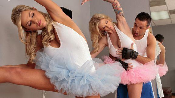 Смотреть порно с грудастыми и татуированными блондинками на танцах