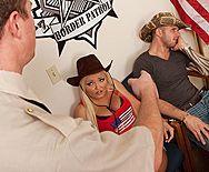 Анальный трах в попку пошлой блондинки с мужиком в полицеском участке - 1