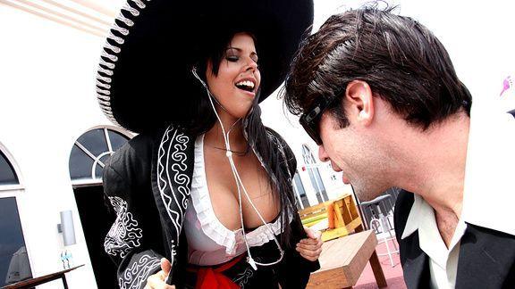 Грудастая латиночка нимфоманка занимается сексом с незнакомцем