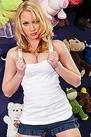 Смотреть порно с молодой грудастой блондой в раздевалке #1