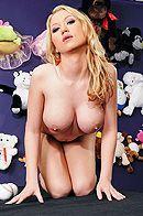 Смотреть порно с молодой грудастой блондой в раздевалке #2