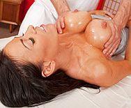 Трах в пизду зрелой мамки с большими сиськами на массаже - 1