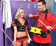 Смотреть трах в пизду блондинки с большими сиськами в униформе - 1