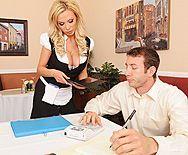 Смотреть порно сексуальной грудастой блондинки в униформе - 1