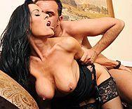 Секс в пизду со зрелой горячей брюнеткой с большими сиськами - 5