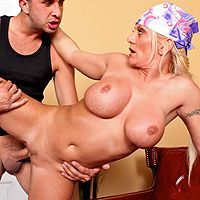 Смотреть трах в пизду зрелой блондиночки с большими сиськами