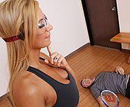 Спортивная блондинка с большими сиськами трахается в анал - 1