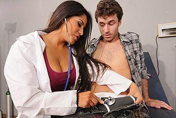 Вагинальный секс черноволосой латинской докторши с большими сиськами