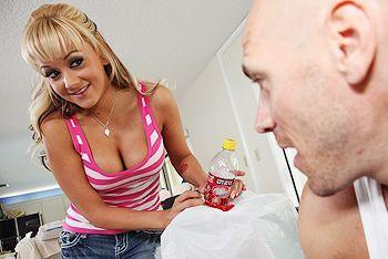 Смотреть секс аппетитной блонды с большой грудью на столе