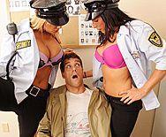 Секс втроем с двумя грудастыми полицейскими сучками в участке - 1
