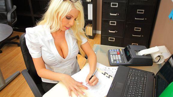 Классический секс с сисястой блондинкой в офисе
