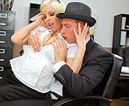 Сексуальная блондиночка с упругой попкой в чулках трахается в пизду - 1