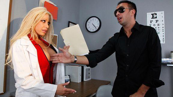 Грудастая медсестра в чулках дает трахать себя в пизду слепому парню