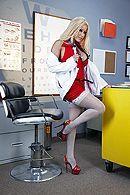Грудастая медсестра в чулках дает трахать себя в пизду слепому парню #1