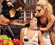Три сексуальные лесбиянки нежно лижут киски - 1