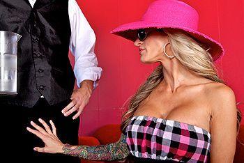 Секс пародия грудастой блондинки с татуировками и официанта