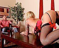 Смотреть порно татуированной блондинки в черных чулках - 1