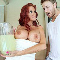 Вагинальный секс с сексуальной грудастой женщиной с рыжими волосами