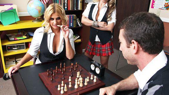 Милая школьница блондинка трахается в пизду со своим учителем