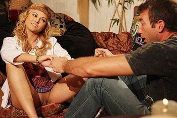 Смотреть секс в пизду симпатичной блондинки с натуральными сиськами