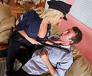 Пышная блондина в форме полицейского трахается в пизду с нарушителем - 1