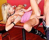 Смотреть анальный секс с грудастой блондинкой в сапожках - 3