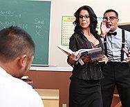 Смотреть порно с черноволосой зрелой сисястой училкой в школе - 1