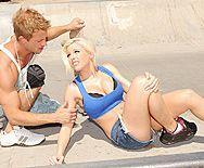 Трах в пизду татуированной блондинки с большими сиськами - 1