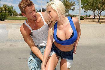 Трах в пизду татуированной блондинки с большими сиськами