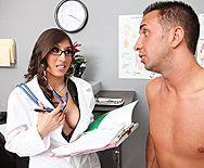 Смотреть порно с латинской зрелой докторшей с огромными сиськами в больнице - 1