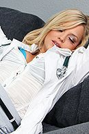 Смотреть порно похотливого врача с сексуальной молодой блондинкой #5