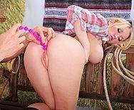 Трах в жопу шикарной блондинки с большой попкой - 1