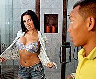 Порно сексуальной и грудастой брюнетки с азиатом - 1
