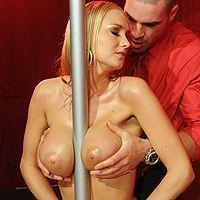 Грудастая стриптизерша блондинка занимается сексом с клиентом