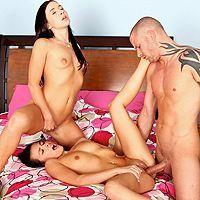 Смотреть анальный секс втроем с двумя молодыми брюнетками в общежитии