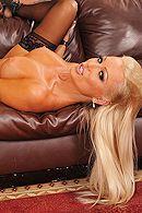 Страстный секс с привлекательной блондинкой в чулках #2
