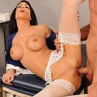 Порно с красивой врачихой брюнеткой с большими сиськами в больнице