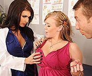 Порно с красивой врачихой брюнеткой с большими сиськами в больнице - 1