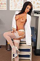 Порно с красивой врачихой брюнеткой с большими сиськами в больнице #2