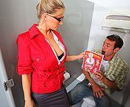 Смотреть трах в пизду горячей блондинки продавщицы с самцом в раздевалке - 1